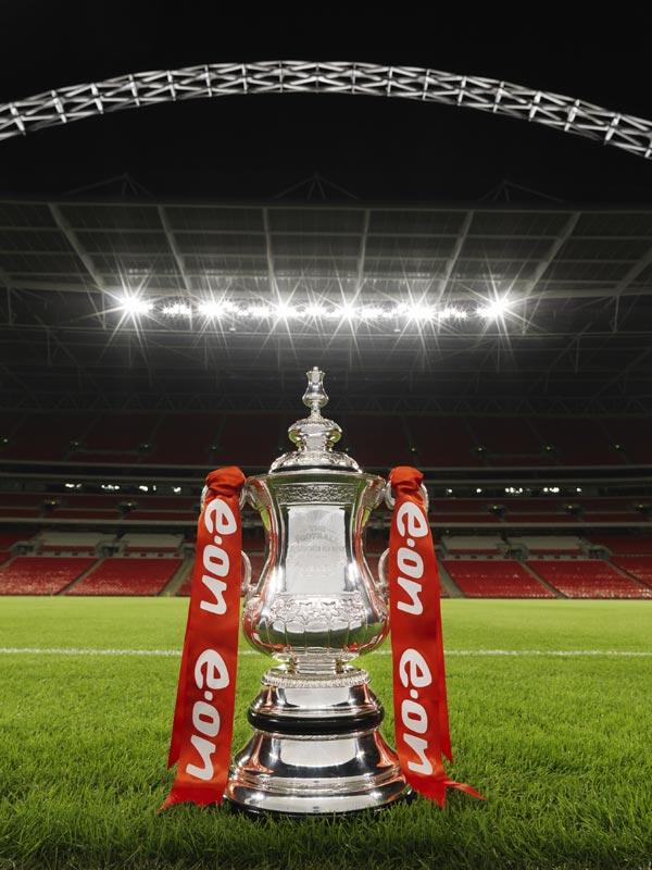 La FA Cup e, sullo sfondo, lo stadio di Wembley