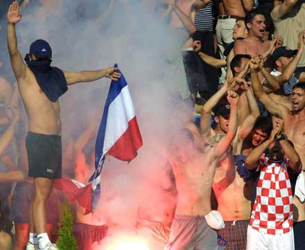 Tifosi croati bruciano una bandiera serbomontenegrina (Kranj, 2003).