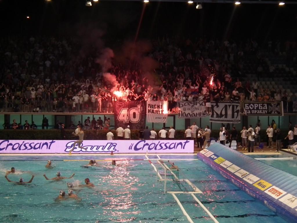 L'estasi di giocatori e tifosi del Partizan allo Stadio del Nuoto di Roma (FOTO SIMONE PIEROTTI)