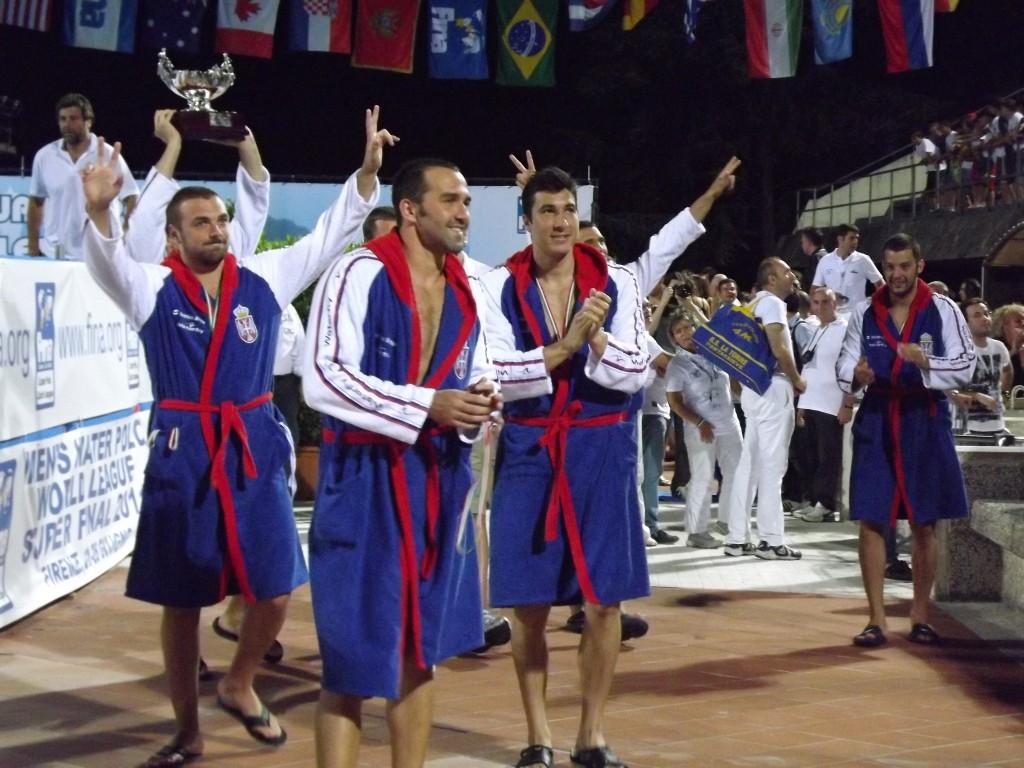 La gioia dei serbi, con l'immancabile simbolo dei cetnici (FOTO DAMIANO BENZONI)