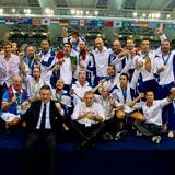 La squadra mostra la medaglia d'oro (FOTO GIORGIO SCALA/DEEPBLUEMEDIA.EU)